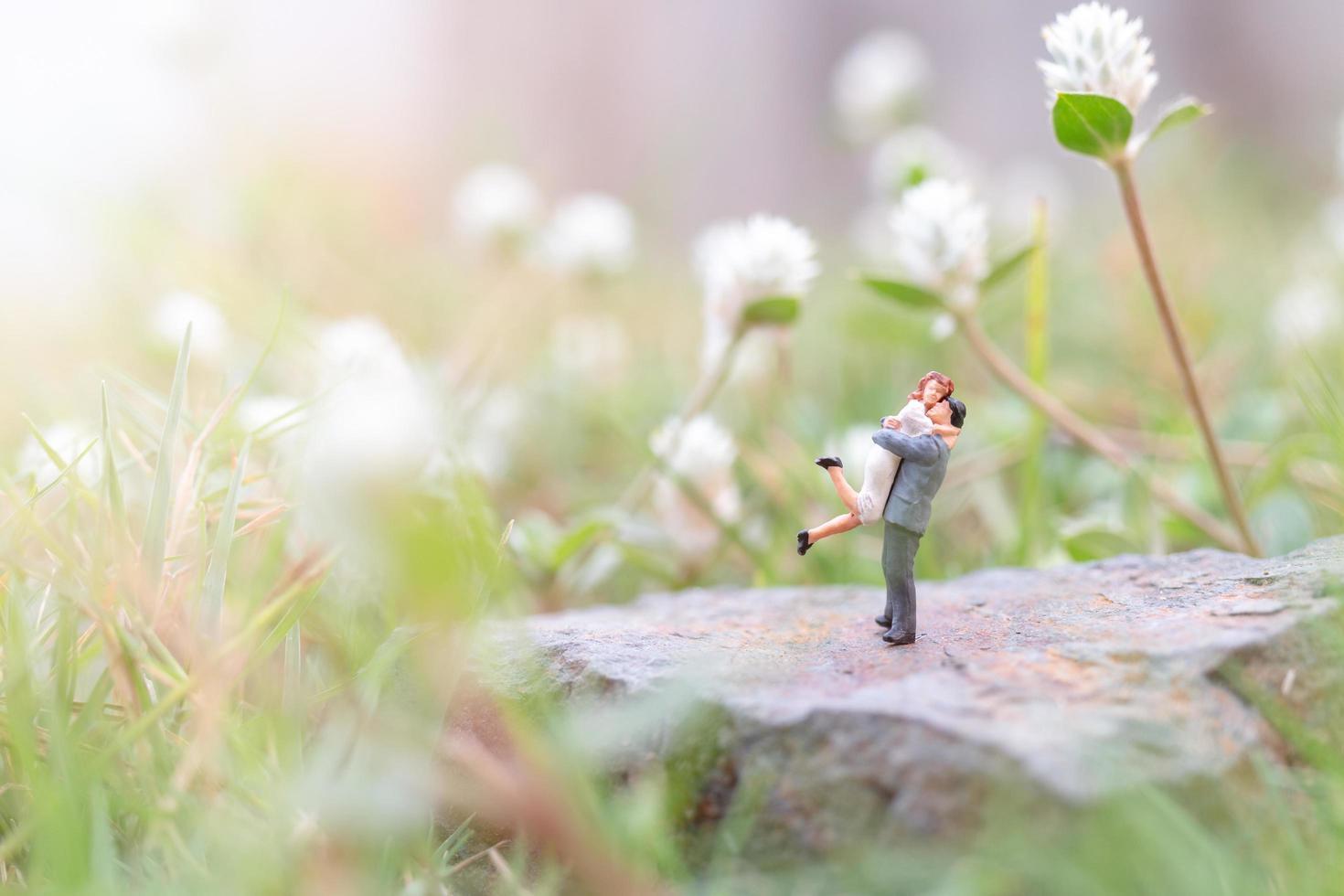 Pareja en miniatura en el jardín, concepto de día de San Valentín foto