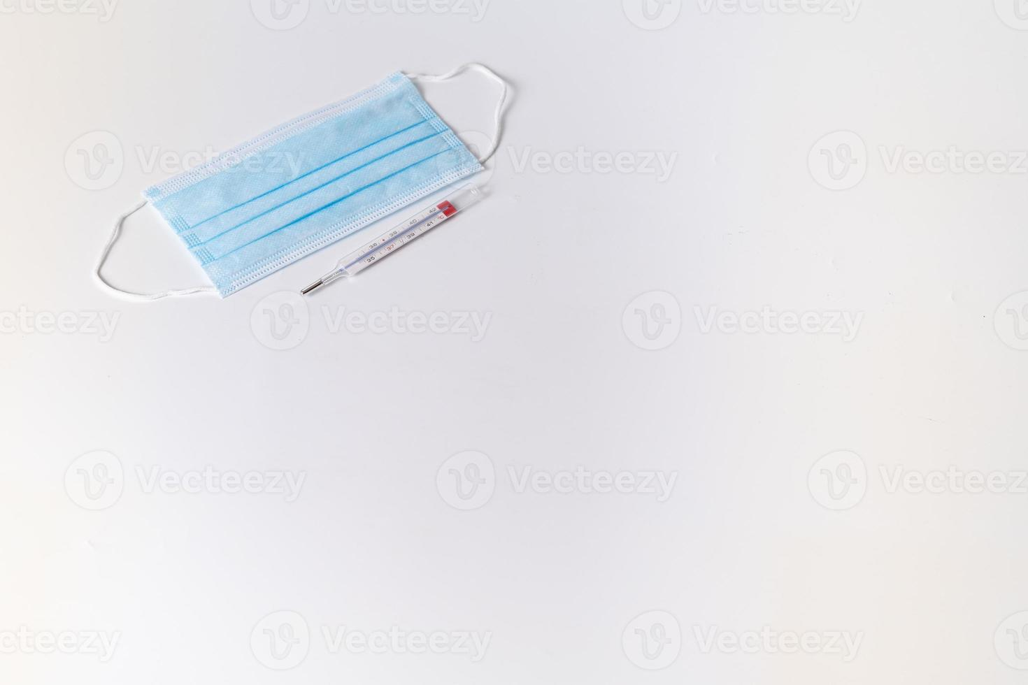 mascarilla quirúrgica con termómetro foto