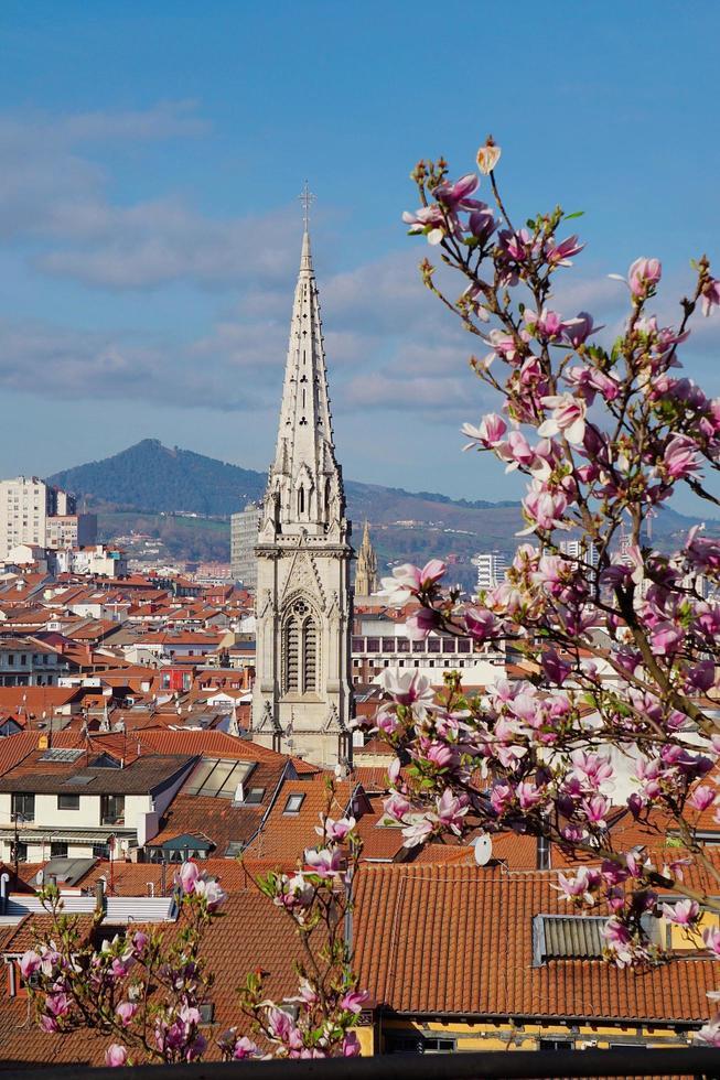Arquitectura del edificio de la iglesia en la ciudad de Bilbao, España foto