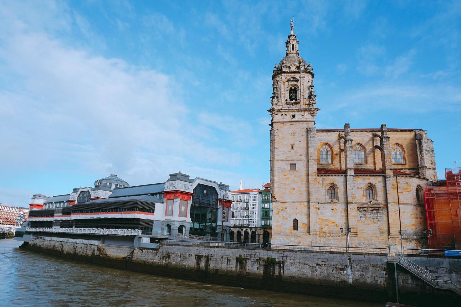 Arquitectura de la iglesia en la ciudad de Bilbao, España foto