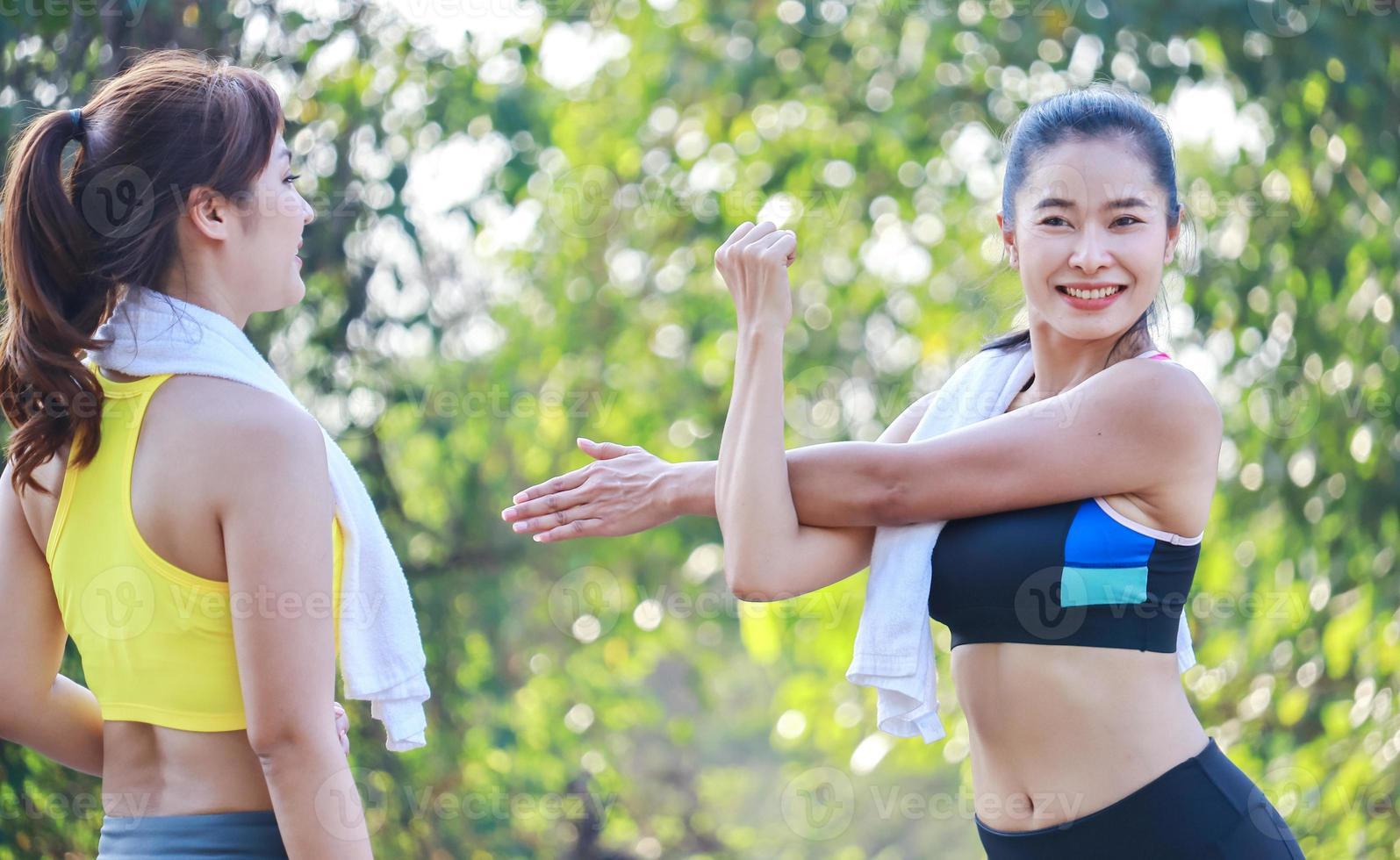 dos hermosas mujeres haciendo ejercicio al aire libre en el parque foto