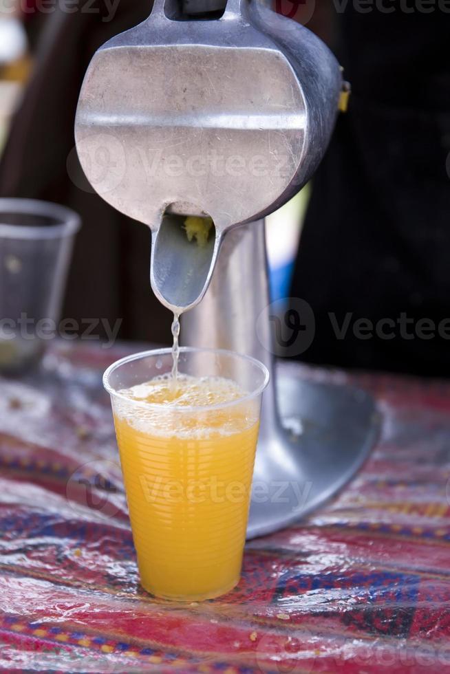 exprimir jugo de naranja fresco foto