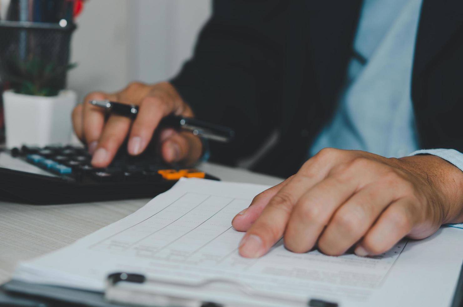 hombre calculando finanzas foto