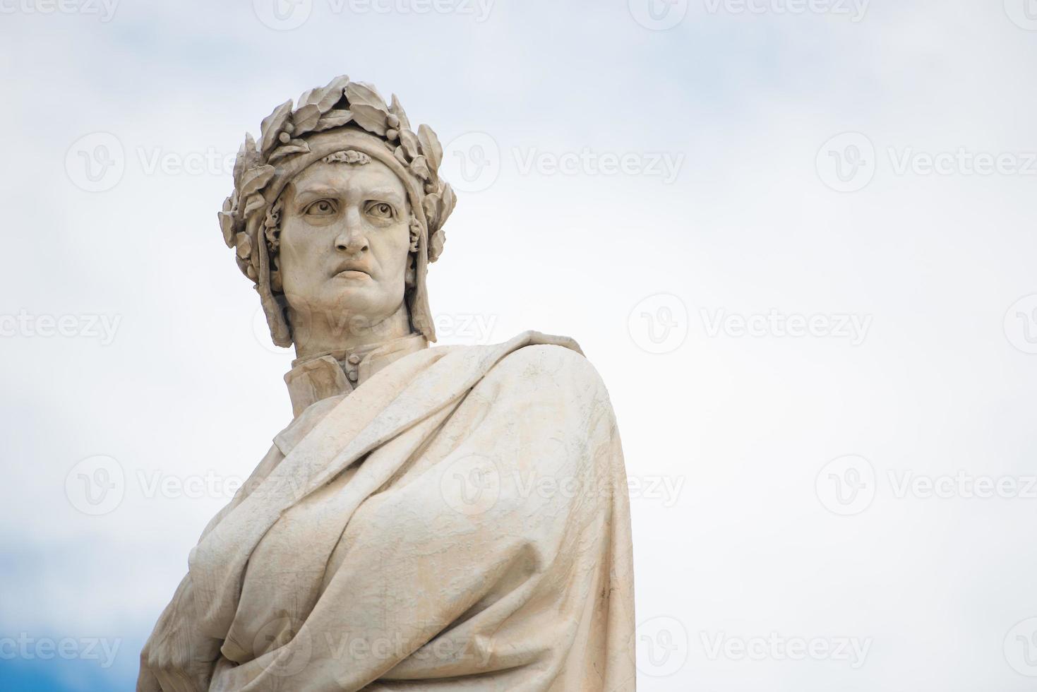 Estatua de Dante Alighieri en Florencia, Italia. foto