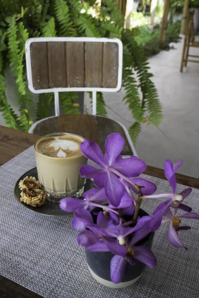 taza de cafe con flores moradas foto