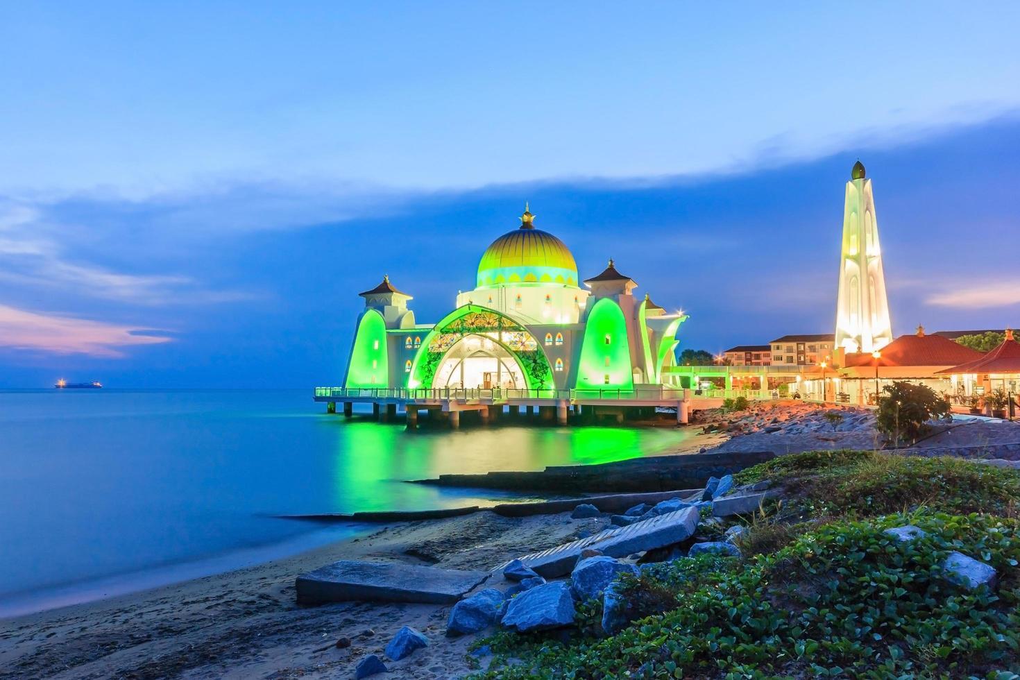 Malaca, Malasia 2016 - mezquita del estrecho de Melaka en Malaca tomadas durante la puesta de sol foto