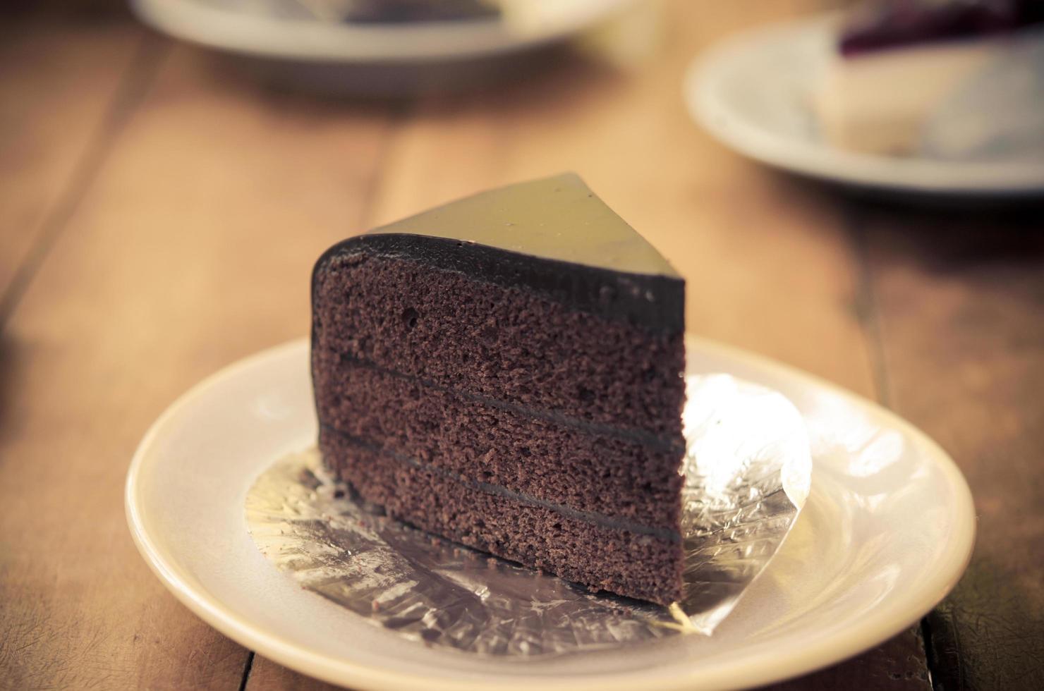 pastel de chocolate en un plato foto