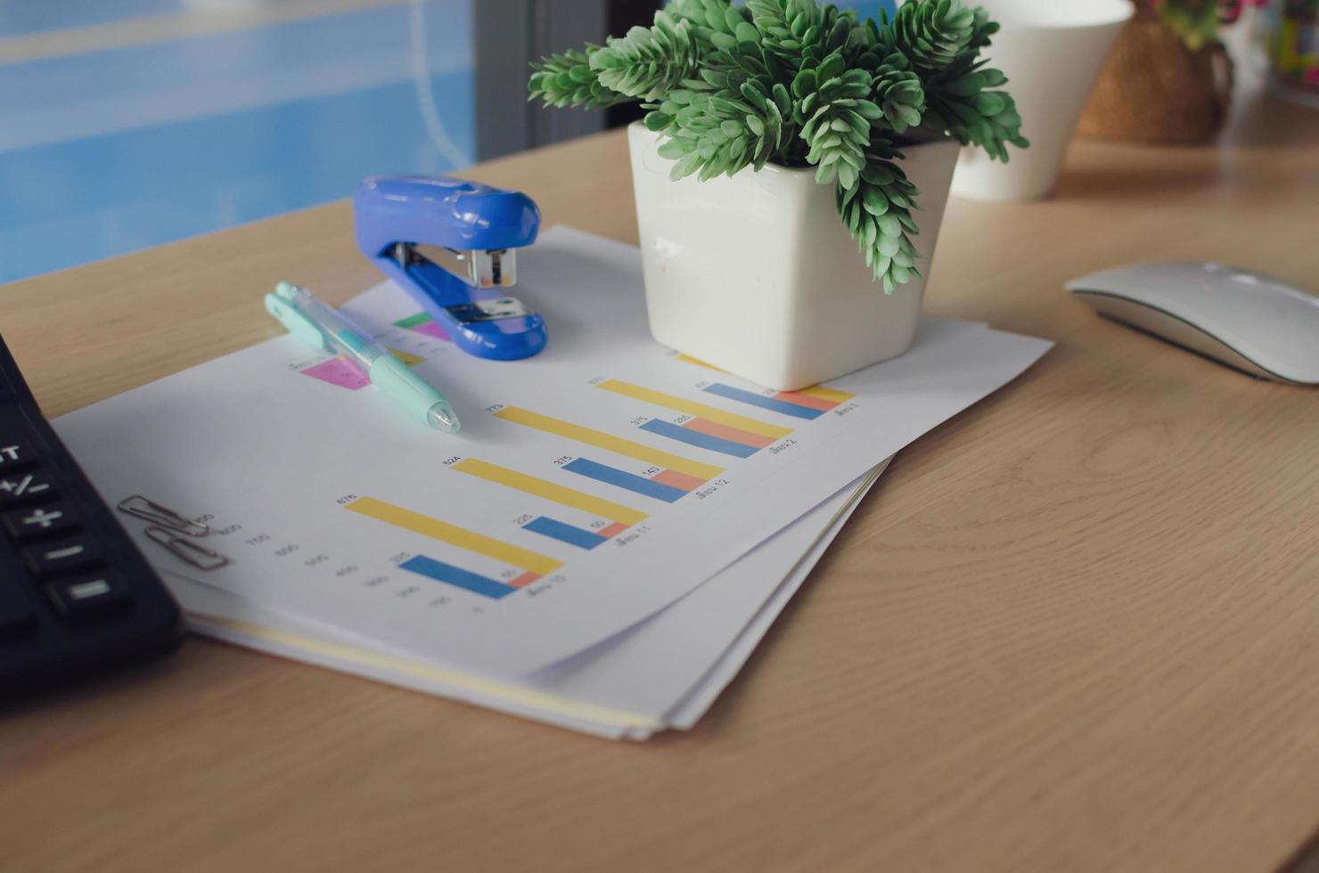 pila de documentos en un escritorio foto