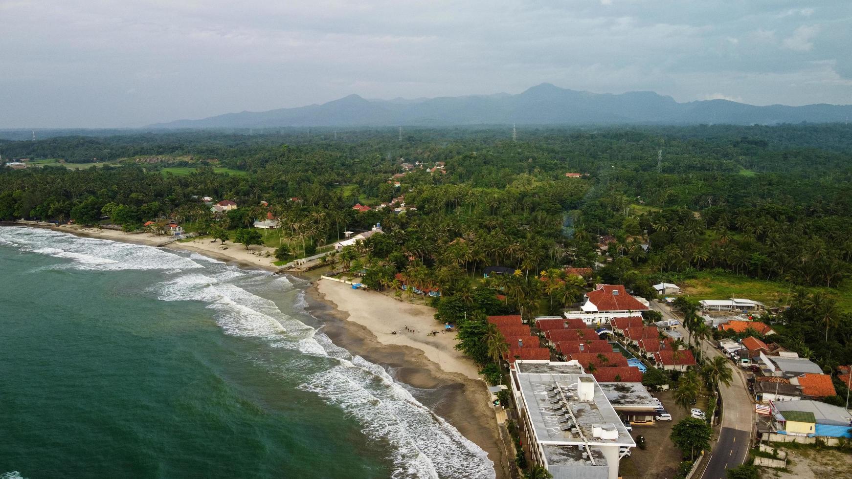 banten, indonesia 2021: vista aérea de la playa de karang bolong y su maravillosa puesta de sol foto