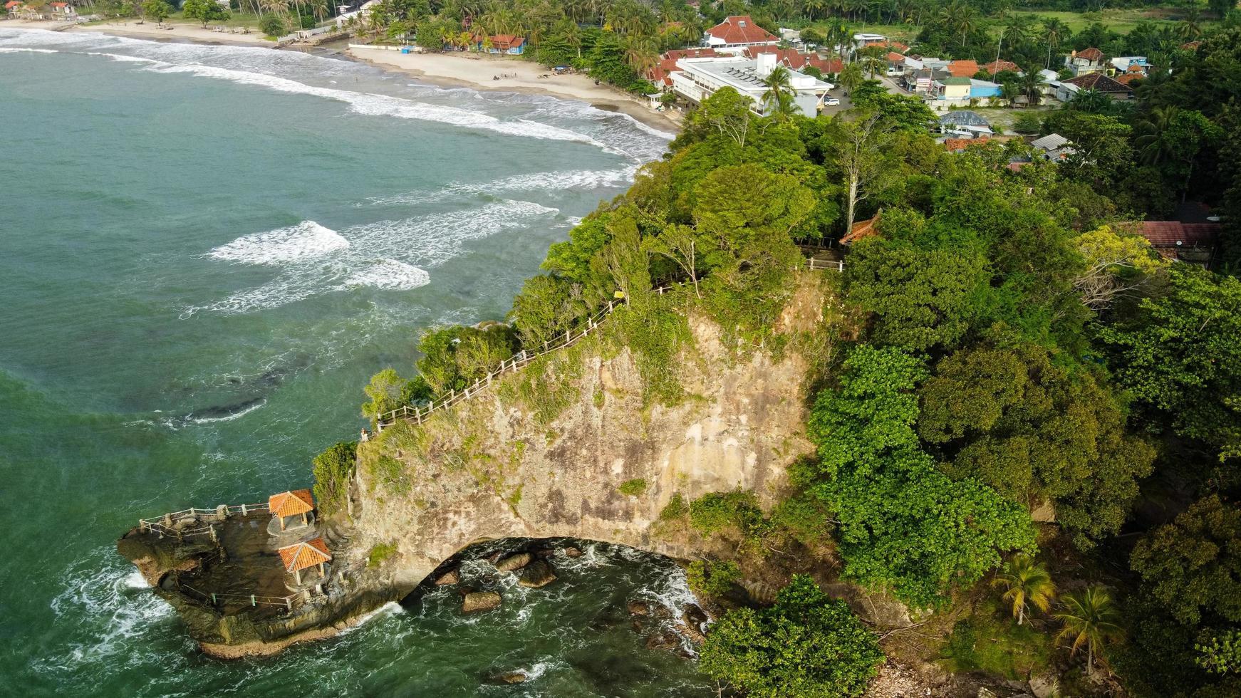 banten, indonesia 2021 - vista aérea de la playa de karang bolong foto