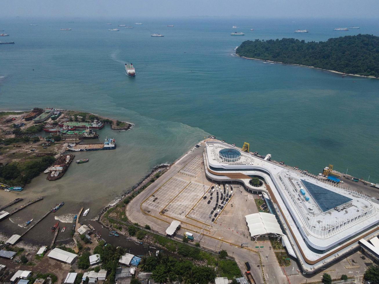 Banten, Indonesia 2021 - Vista aérea de Pelabuhan Merak Marine Port y Town Harbour Island en la luz del sol por la mañana foto