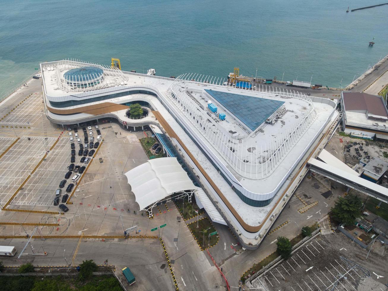 Banten, Indonesia 2021: vista aérea del puerto marítimo de Pelabuhan Merak y la isla del puerto de la ciudad. foto