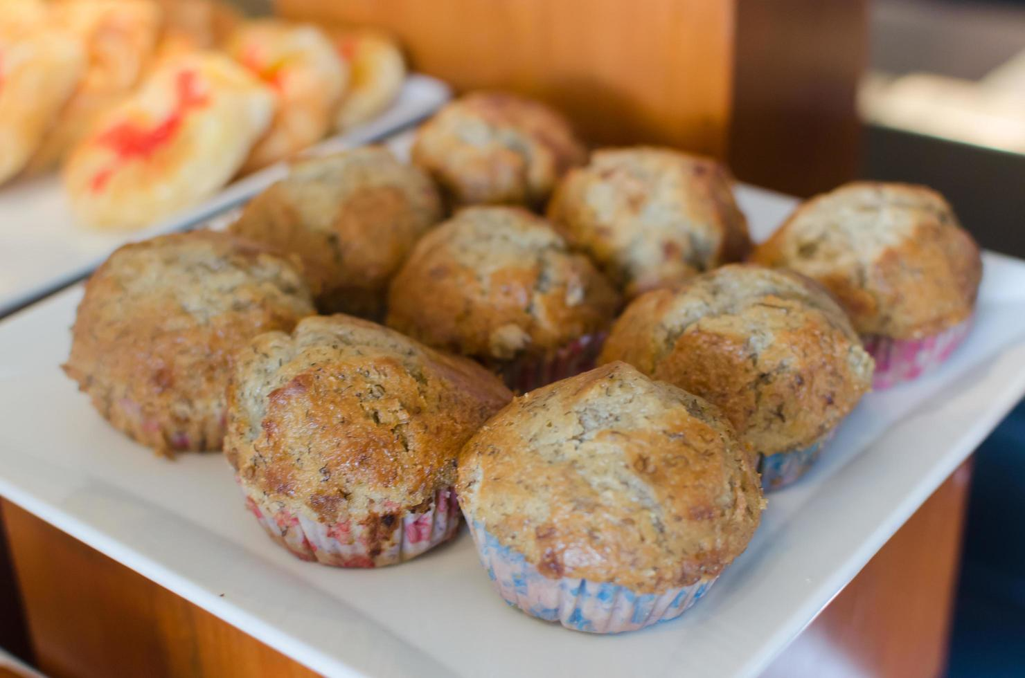 muffins de plátano en un plato foto