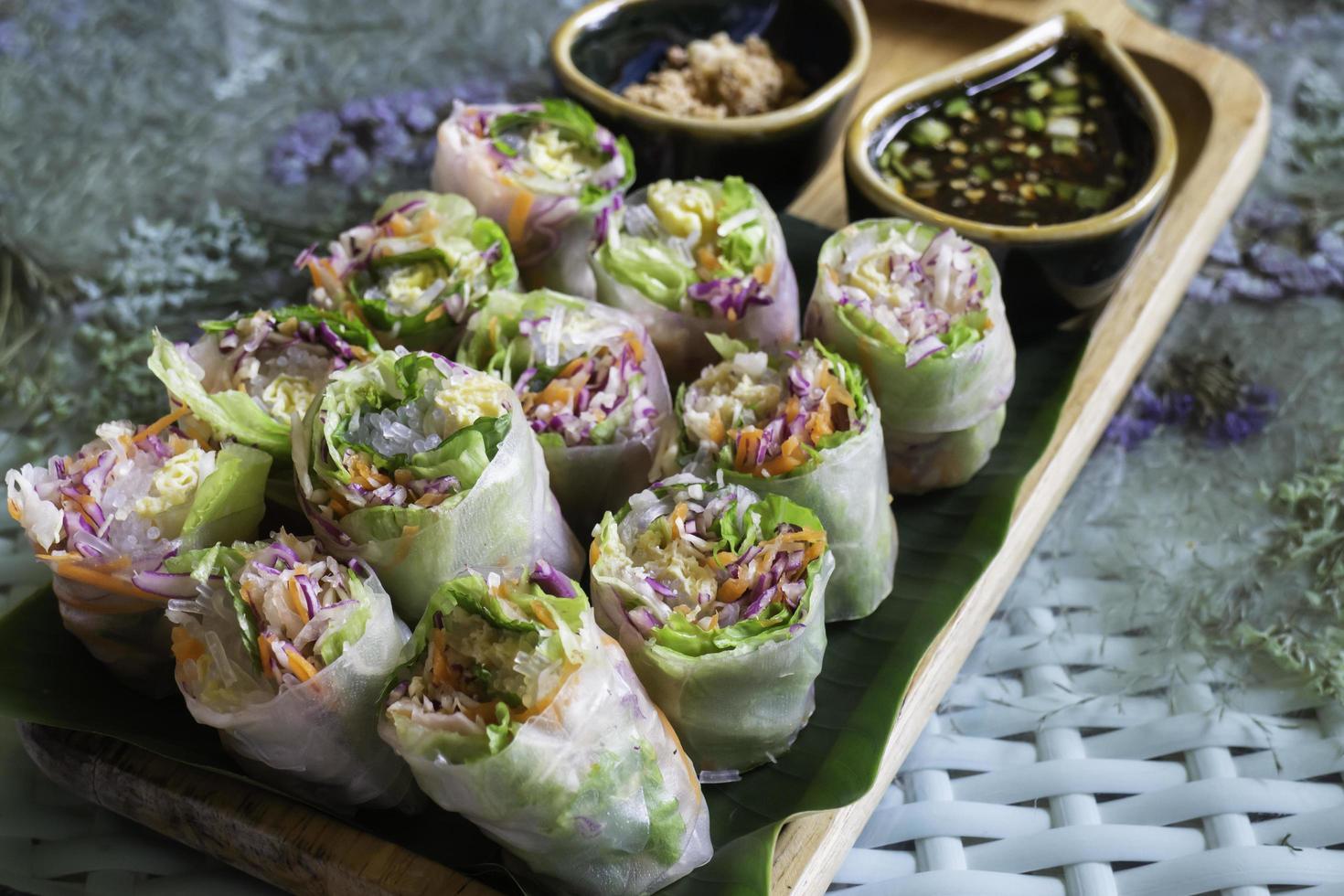 rollitos de primavera de vegetales frescos saludables foto