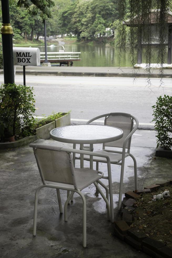 asiento de jardín y mesa foto