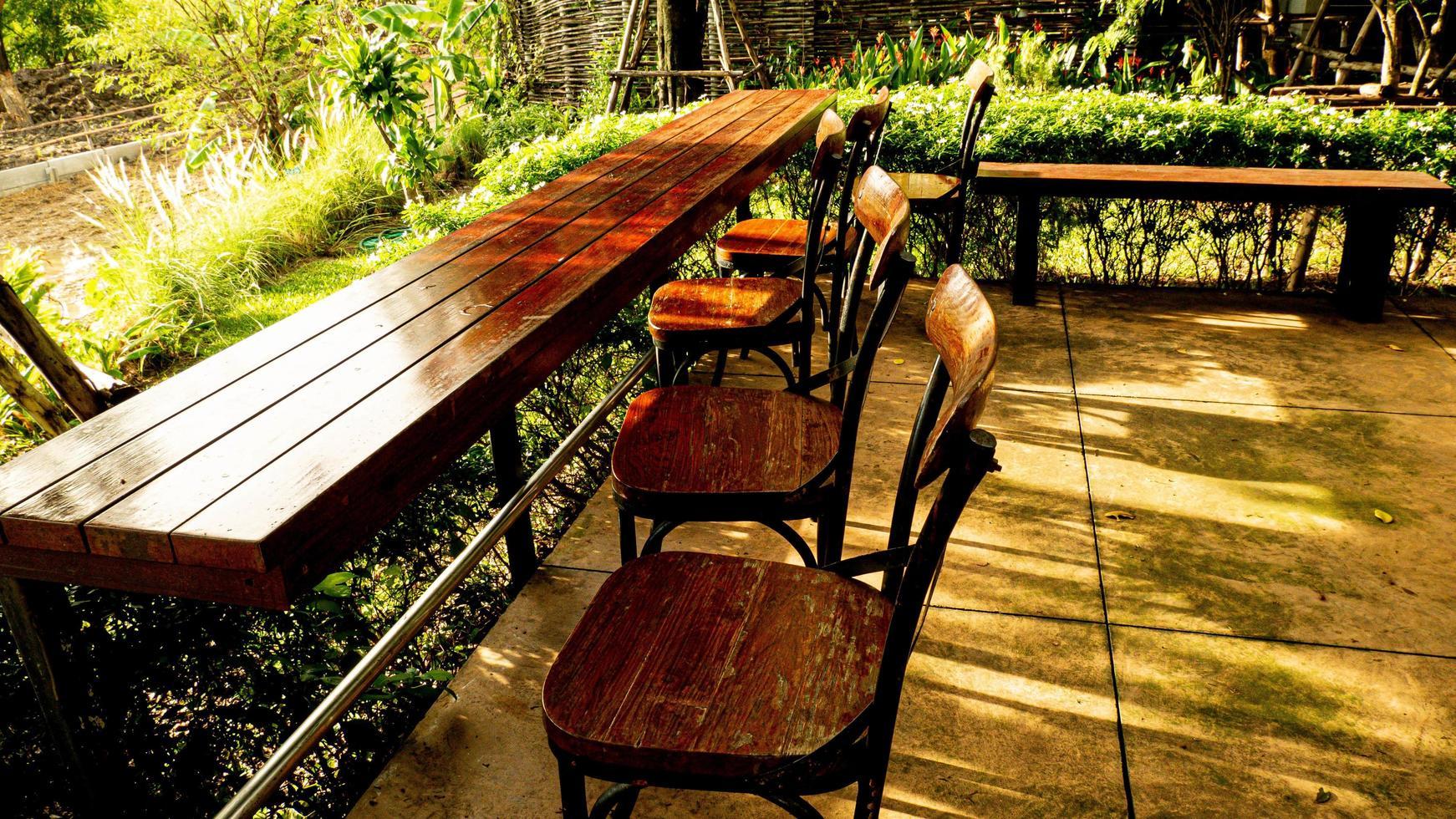 mesa y sillas en deck de madera foto