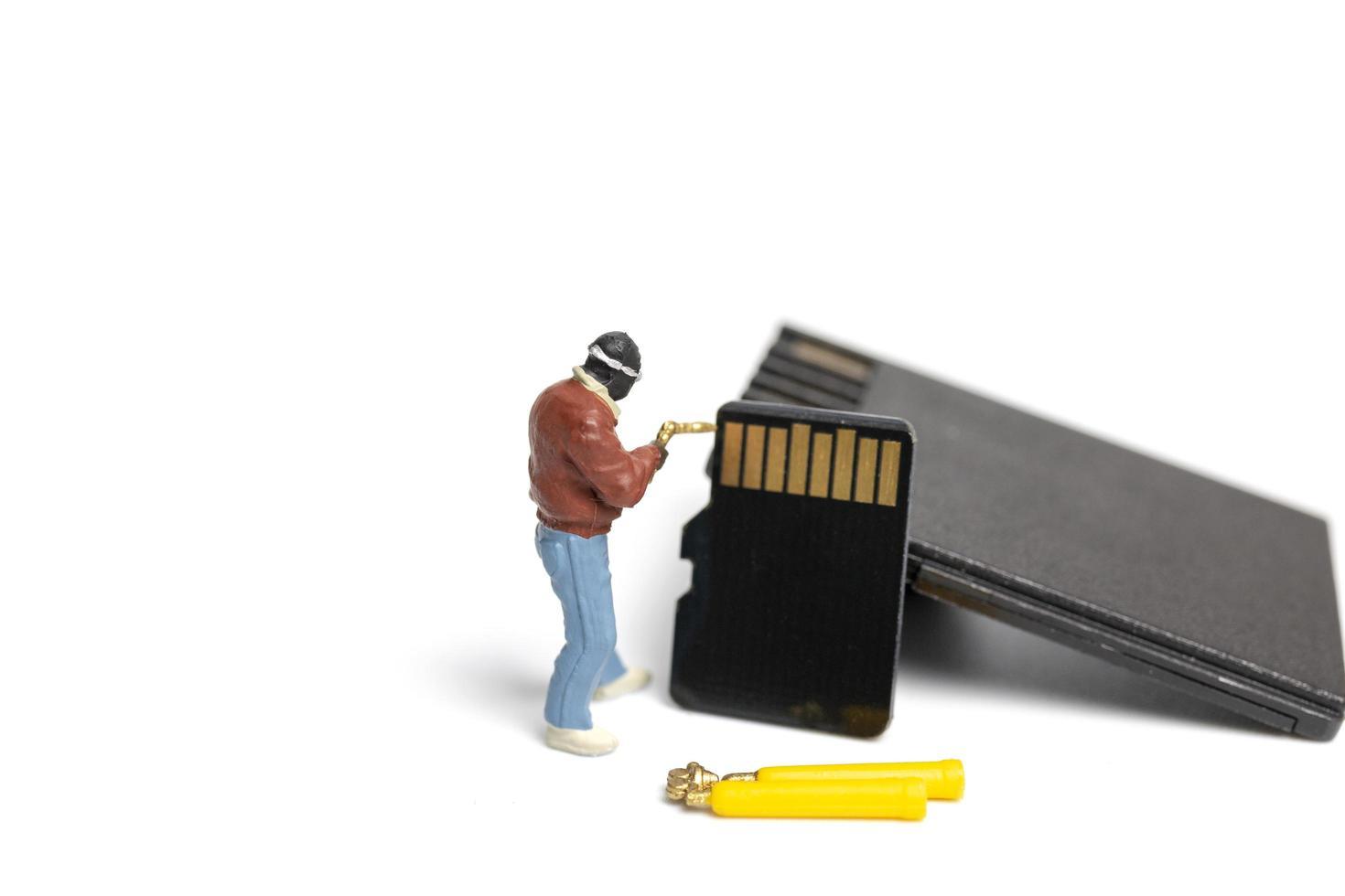 Técnico en miniatura pila de fijación de tarjetas SD sobre un fondo blanco. foto