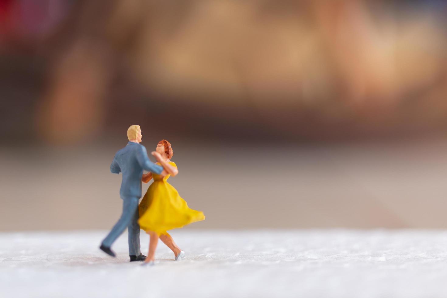Pareja en miniatura bailando en un piso, concepto de día de San Valentín foto