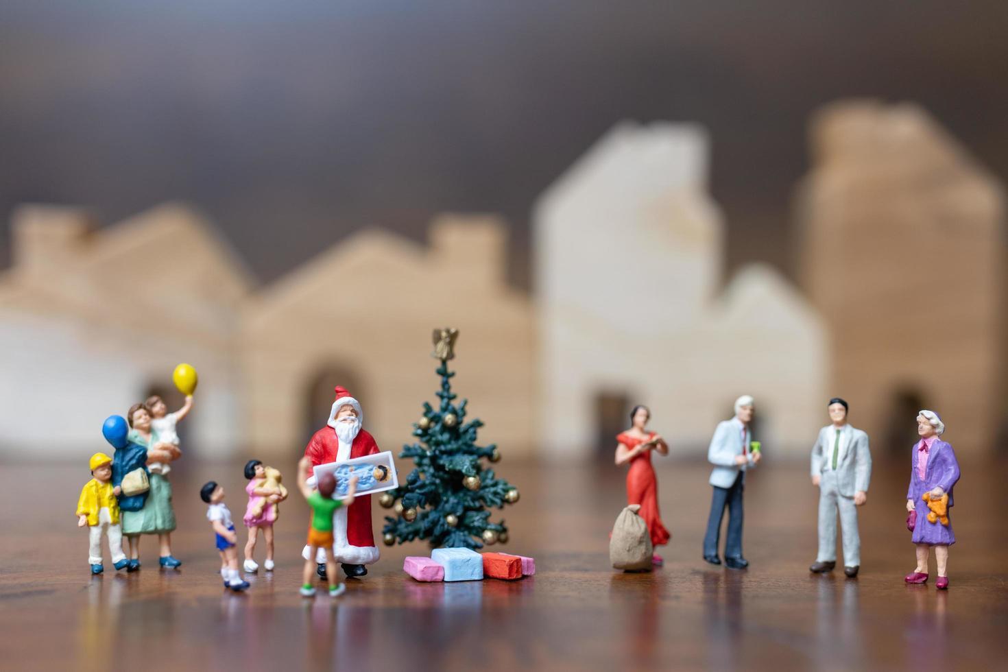Papá Noel en miniatura y una familia feliz, feliz navidad y feliz año nuevo concepto foto