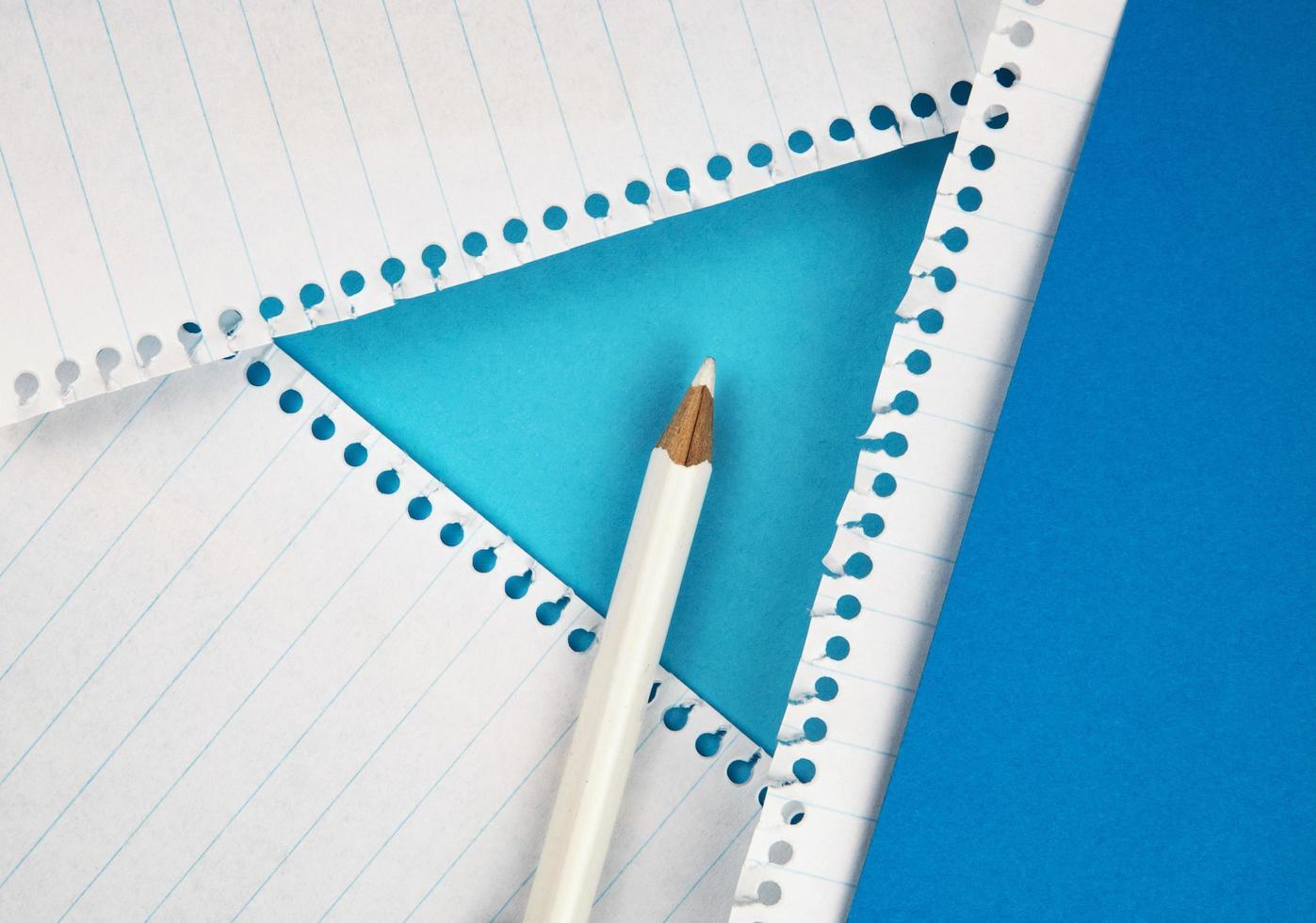 lápiz blanco sobre papel de color foto