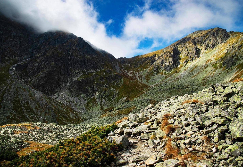 montañas rocosas durante el día foto