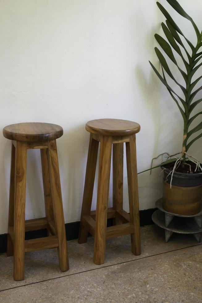 dos taburetes de madera en el interior foto