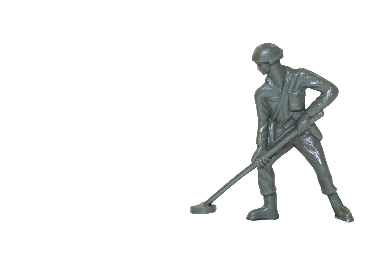 Soldado de juguete en miniatura sobre un fondo blanco. foto