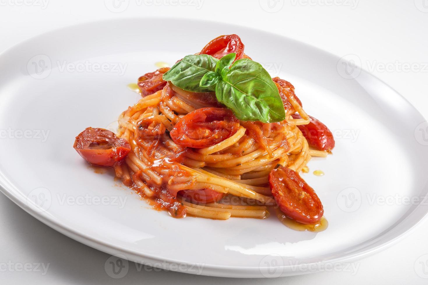 plato de espaguetis con tomate y albahaca foto