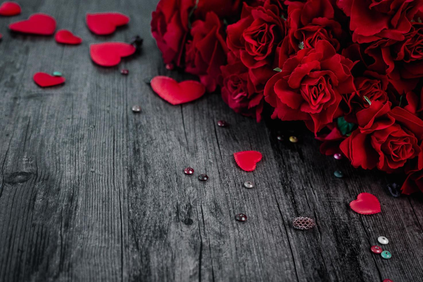 Red roses and hearts photo