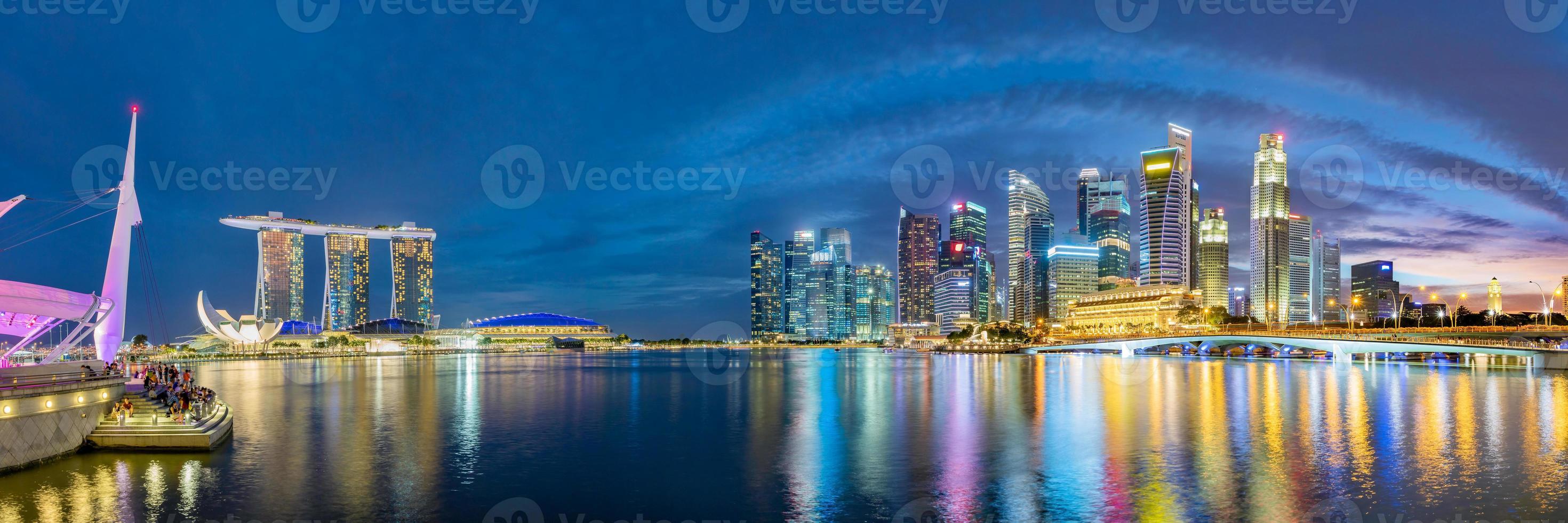 Horizonte del distrito financiero de Singapur en Marina Bay foto