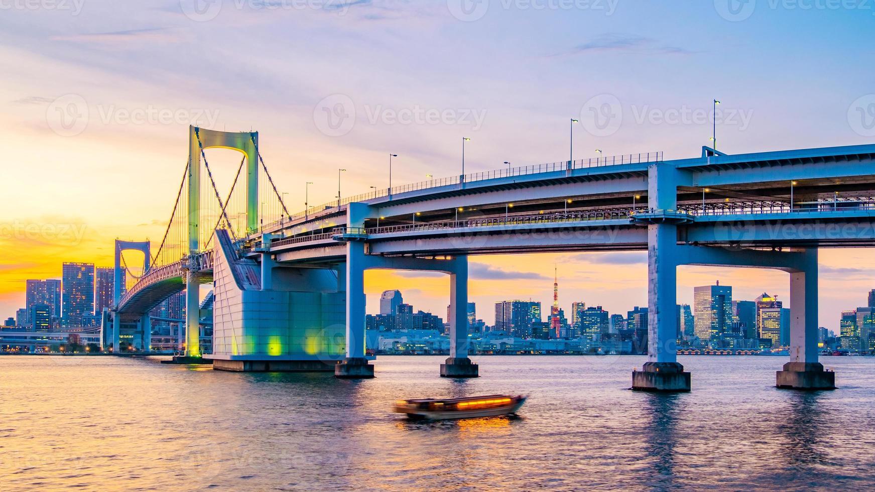 vista panorámica del horizonte de tokio en la noche foto
