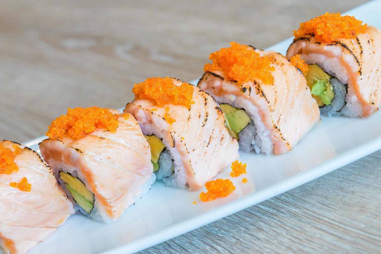rollo de sushi de salmón, comida tradicional japonesa foto