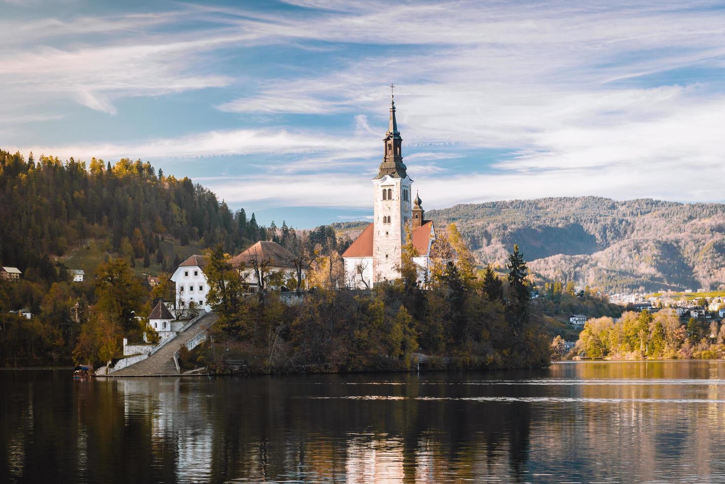 lago sangrado en las montañas alpinas foto