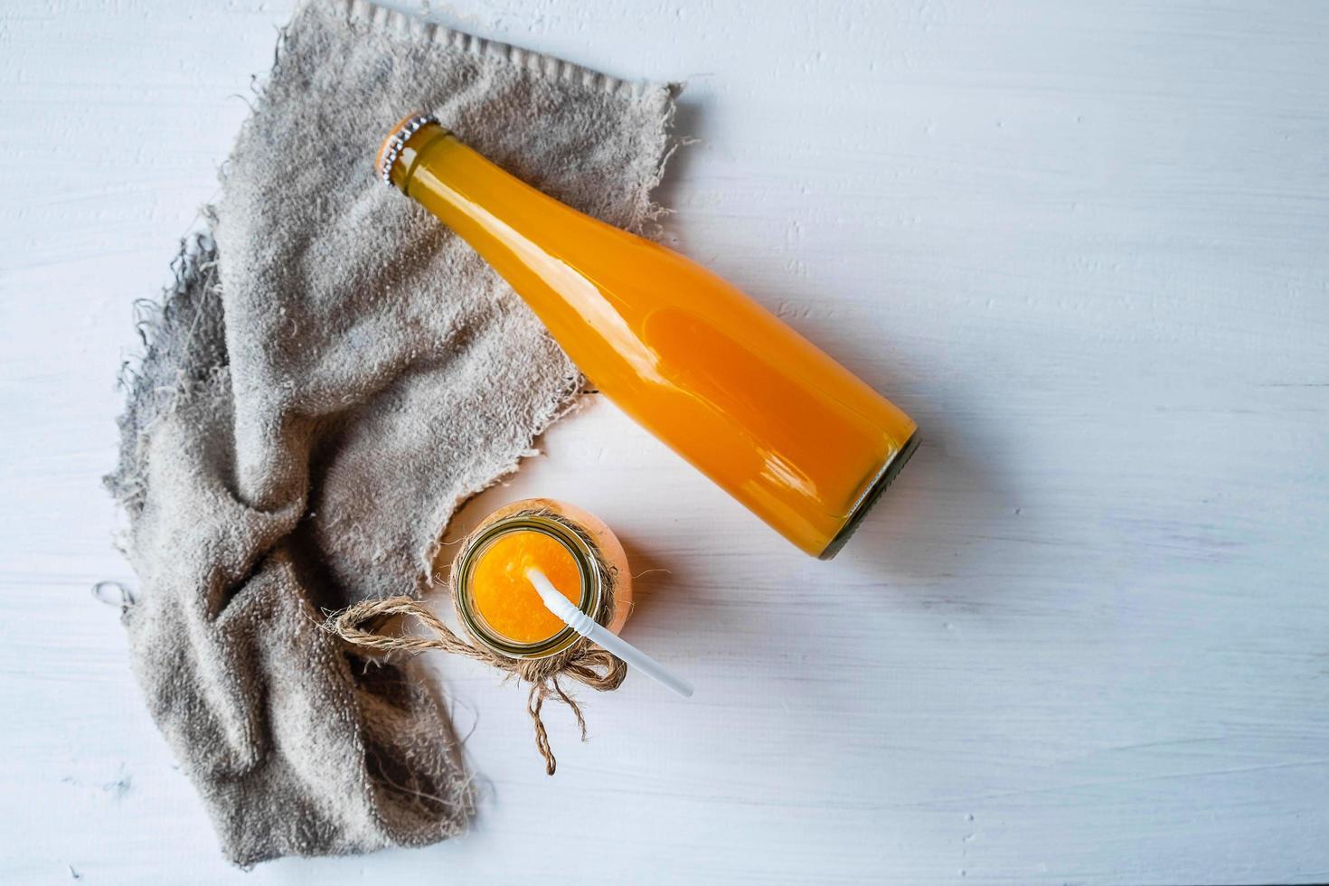 vista superior de jugo de naranja foto