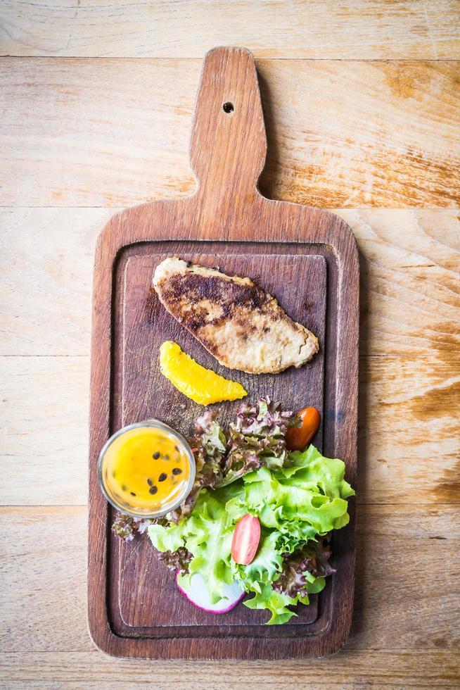 Filete de foie gras con verduras y salsa dulce foto