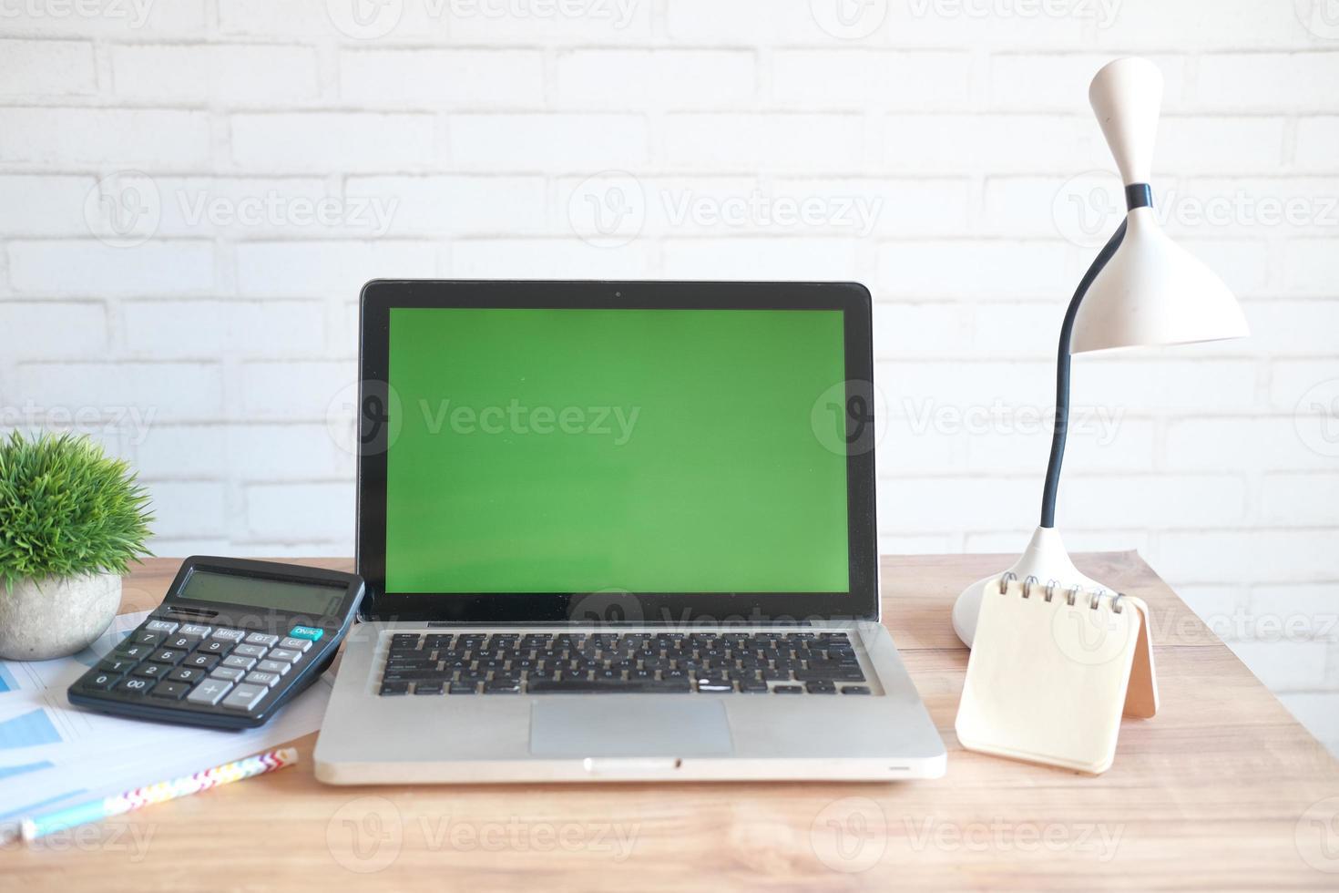 portátil con pantalla en blanco en el escritorio de oficina foto