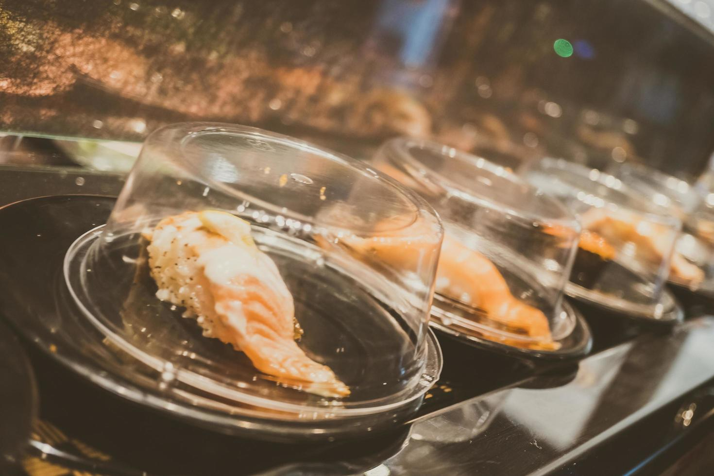 bandeja de sushi en cinta transportadora foto