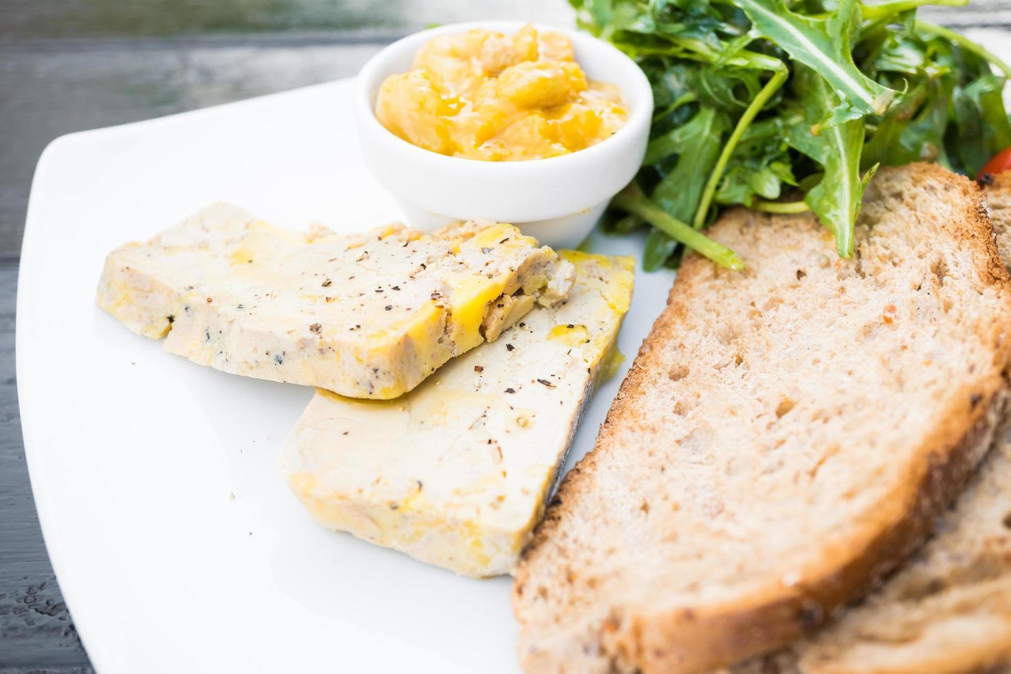 foie gras con pan foto
