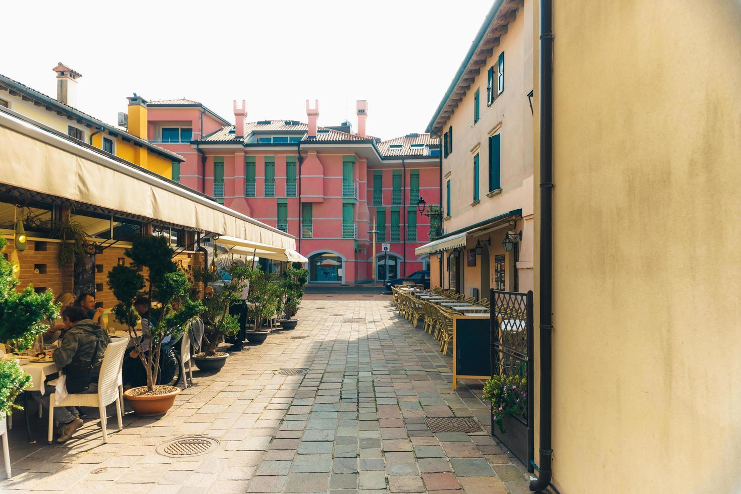Caorle, Italia 2017- distrito turístico de la antigua ciudad provincial de Caorle en Italia foto