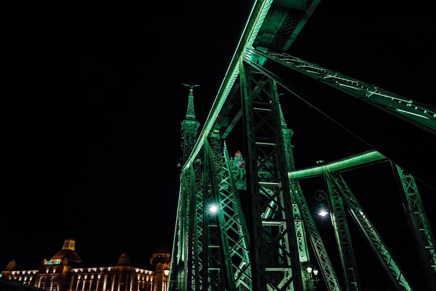 Viejo puente de hierro sobre el río Danubio en Budapest foto