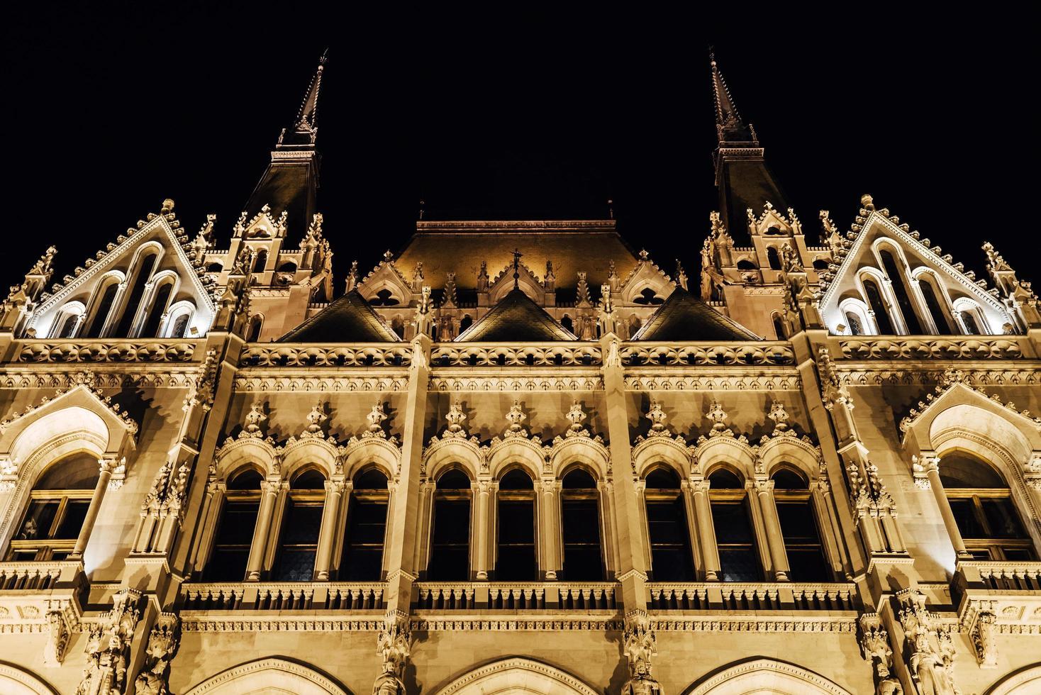 el parlamento húngaro en budapest en el danubio foto