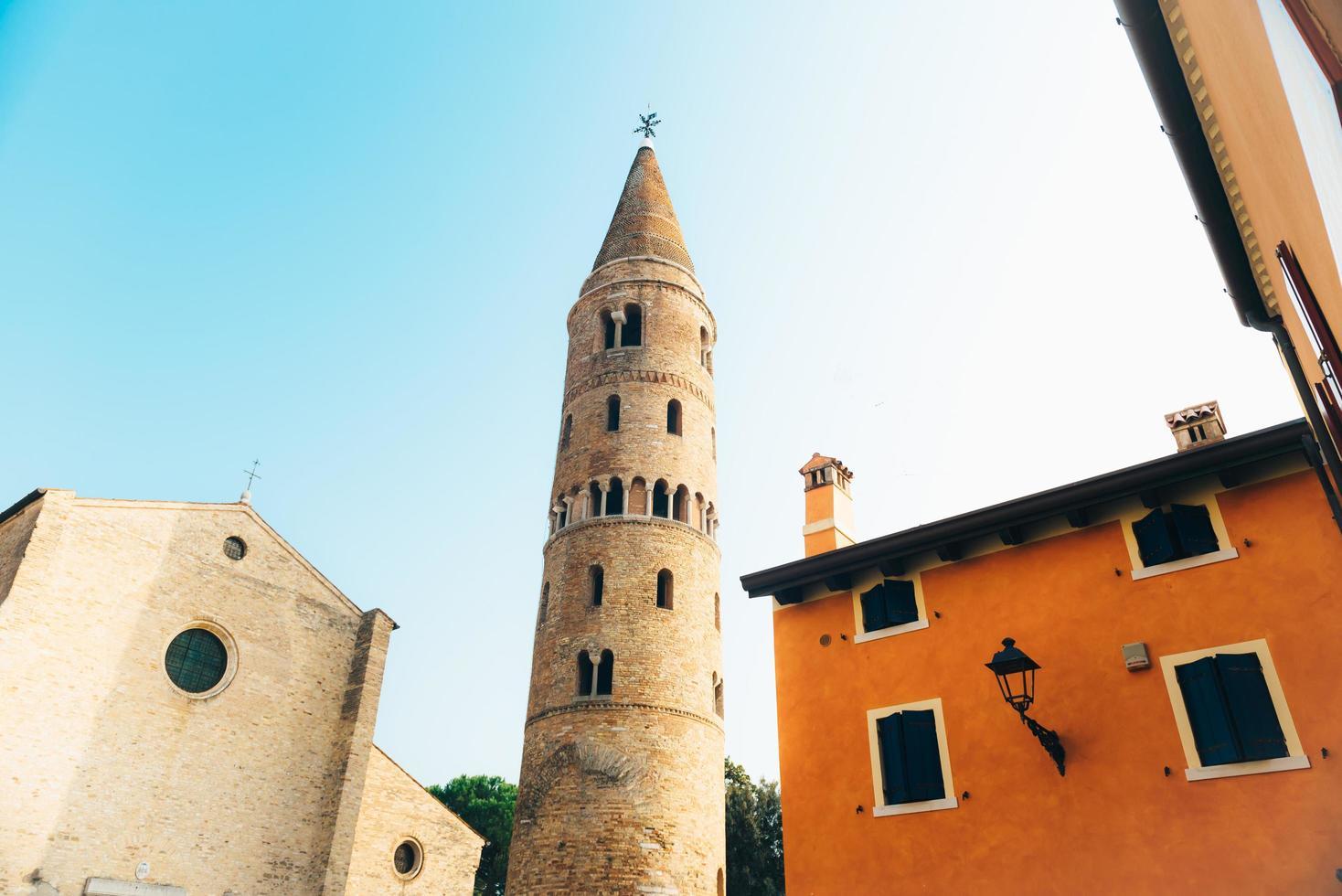 Campanario del Duomo Santo Stefano en Caorle Italia foto