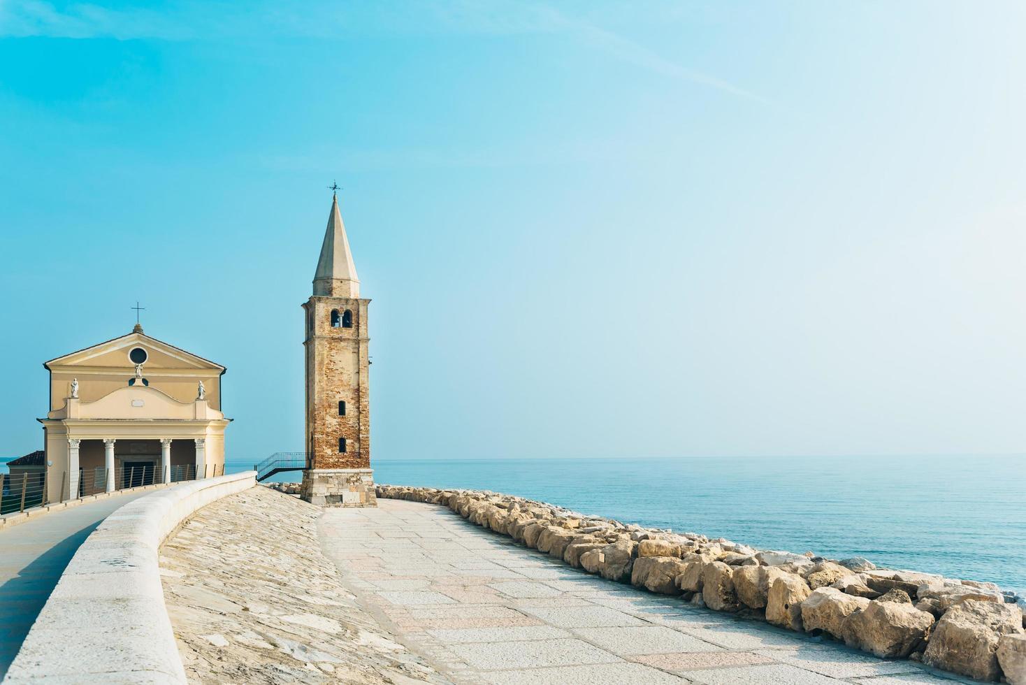 Iglesia de Nuestra Señora del Ángel en la playa de Caorle Italia foto
