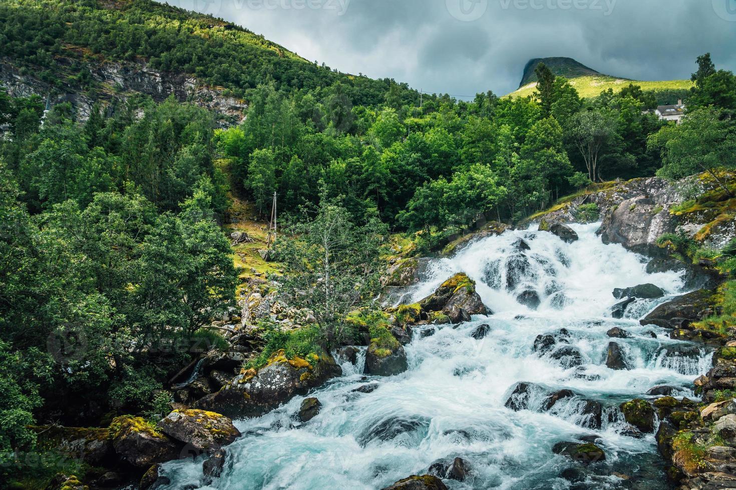 Descarga de agua por la ladera de una montaña en Geiranger en Noruega foto