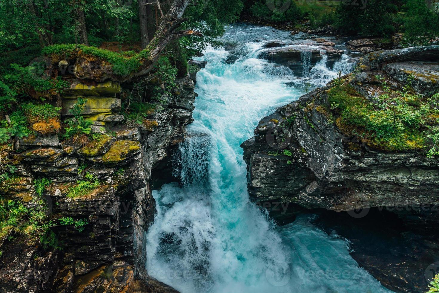 Agua turquesa que fluye en un arroyo en Noruega foto