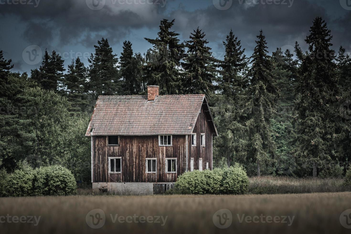 Antigua casa abandonada y desgastada en la campiña sueca foto