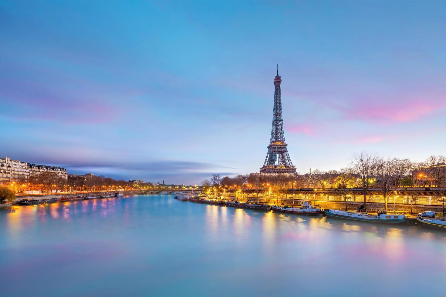 La torre Eiffel y el río Sena en el crepúsculo en París. foto