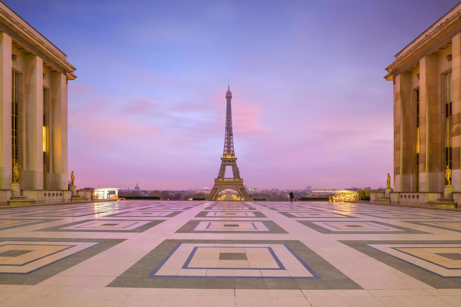 Torre Eiffel al amanecer desde las fuentes del Trocadero en París foto