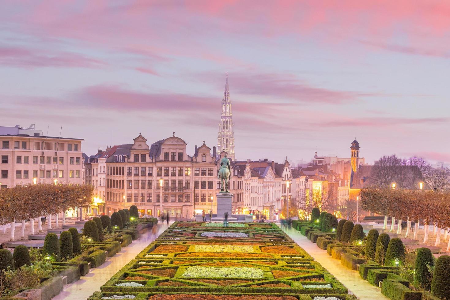 Paisaje urbano de Bruselas desde monts des arts en penumbra foto