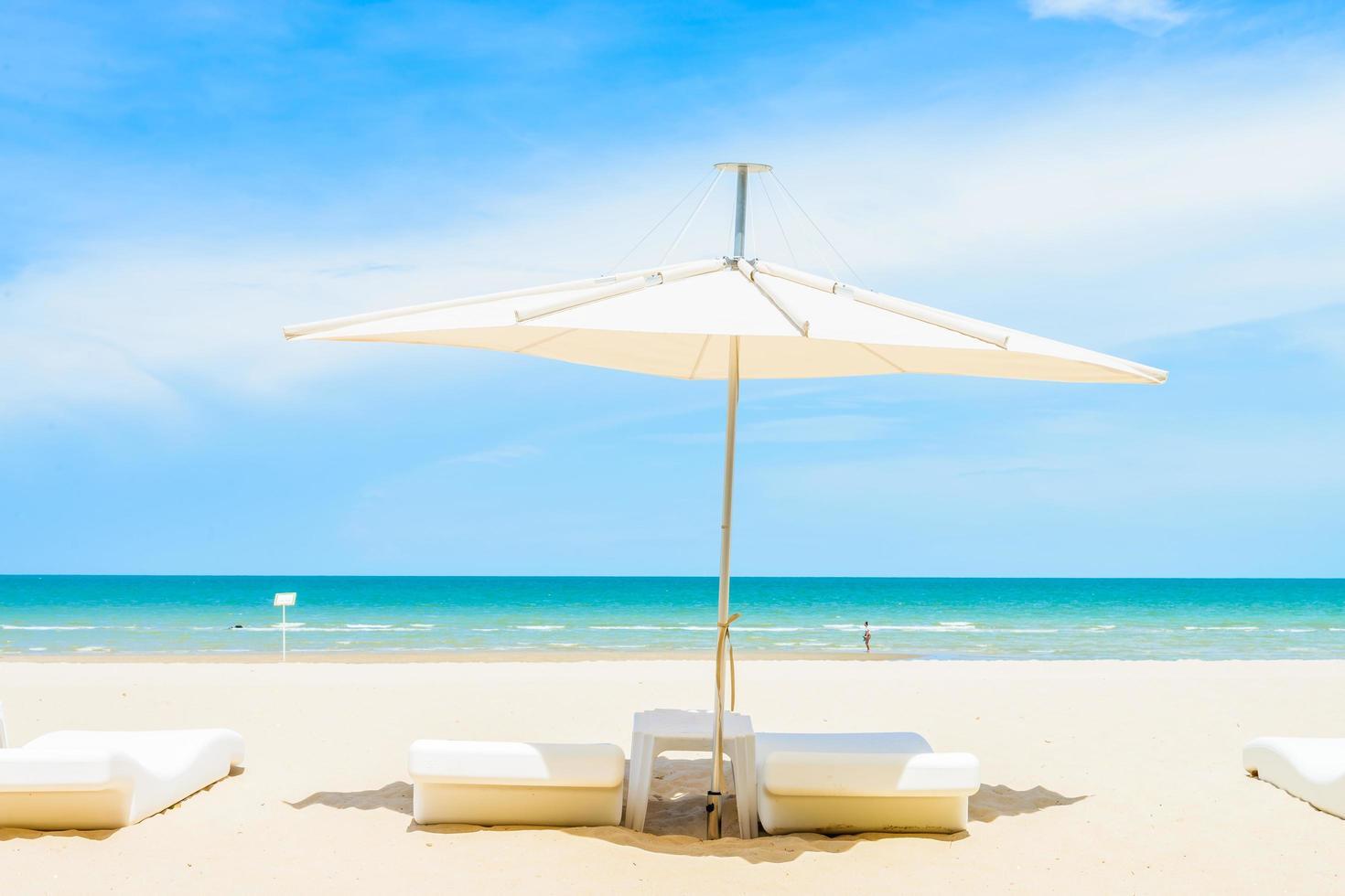 sombrilla y silla en la playa foto